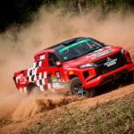 Deficiente visual experimenta adrenalina de ser navegadora em um veículo de rally da Mitsubishi Cup