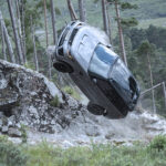 """Nos bastidores de """"007: Sem Tempo para Morrer"""", Range Rover Sport SVR demonstra performance Off-road com cenas de perseguição"""
